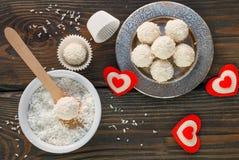 Domowej roboty cukierku biała czekolada z koksem Kokosowe piłki Zdjęcie Stock