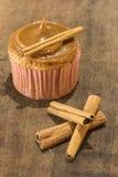 Domowej roboty cynamonowa babeczka z dojnym dżemem na drewnianej desce zdjęcia royalty free