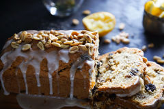 Domowej roboty cytryna tort z rodzynkami, dokrętkami i waniliowym mrożeniem, Fotografia Stock
