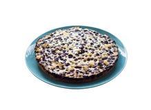 Domowej roboty czarna jagoda kulebiak na błękita talerzu obraz stock
