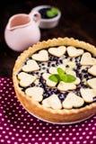 Domowej roboty czarna jagoda kulebiak z herbatą obraz stock
