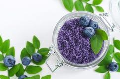 Domowej roboty czarnej jagody cukrowa pętaczka, kąpielowe sole/nożny namok w szklanym słoju DIY kosmetyki dla naturalnej skóry op zdjęcie stock