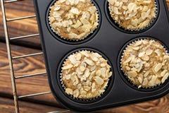 Domowej roboty czarnej jagody otrębiaści muffins z migdałem w bakeware zdjęcia stock
