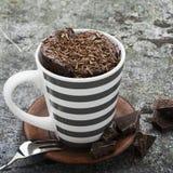 Domowej roboty czekoladowa aromatyczna kubek babeczka w eleganckiej szarości paskował kubek na szarość kamienia tle z kawałkami g zdjęcie stock