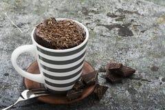 Domowej roboty czekoladowa aromatyczna kubek babeczka w eleganckiej szarości paskował kubek na szarość kamienia tle z kawałkami g zdjęcia royalty free