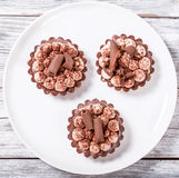 Domowej roboty czekoladowe babeczki na białym talerzu, widok od above, c Obraz Stock