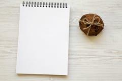 Domowej roboty czekoladowego układu scalonego ciastka na białym drewnianym tle, boczny widok zdjęcia stock