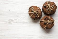 Domowej roboty czekoladowego układu scalonego ciastka na białym drewnianym tle, zasięrzutny widok Mieszkanie nieatutowy, od above obrazy royalty free