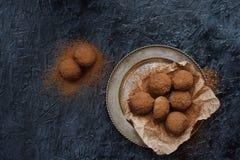 Domowej roboty czekoladowej trufli cukierki z kakaowym proszkiem zdjęcia stock