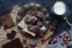 Domowej roboty czekoladowi crinkles w sproszkowanym cukierze, czekoladowych ciastkach z pęknięciami i szkle mleko, Obraz Stock