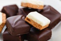 Domowej roboty czekoladowi cukierki z waniliowym i czekoladowym soufle Bi Zdjęcie Stock