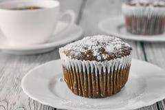 Domowej roboty czekoladowi muffins z sproszkowanym cukierem i kawą Zdjęcia Stock