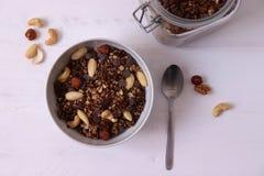 Domowej roboty czekoladowy granola z dokrętkami w białym pucharze, mieszkanie nieatutowy zdjęcia stock