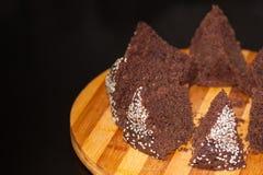 Domowej roboty czekoladowy tort z sezamowymi ziarnami, pokrojonymi na desce Zdjęcie Royalty Free