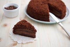 Domowej roboty czekoladowy zaciemnienie tort na drewnianym stole Fotografia Stock