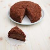Domowej roboty czekoladowy zaciemnienie tort na drewnianym stole Obraz Stock