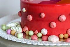 Domowej roboty czerwony urodzinowy tort z lotniczymi baloons Zdjęcie Royalty Free