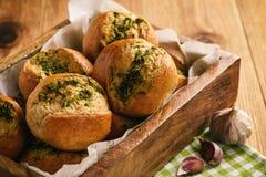Domowej roboty czosnek chlebowe rolki na drewnianym tle Zdjęcia Stock