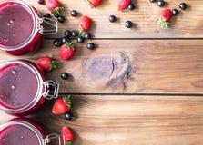 Domowej roboty dżem z jagodami na drewnianym stole zdjęcia stock