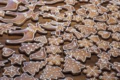Domowej roboty dekorujący piernikowi ciastka w różnych kształtach Obrazy Stock