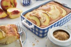 Domowej roboty diety gąbki tort z nektarynami w błękitnym ceramicznym naczyniu Zdjęcia Royalty Free