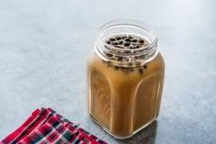 Domowej roboty Dojna bąbel herbata z tapiok perłami w kamieniarza słoju zdjęcie stock