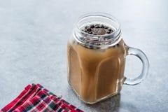 Domowej roboty Dojna bąbel herbata z tapiok perłami w kamieniarza słoju zdjęcie royalty free