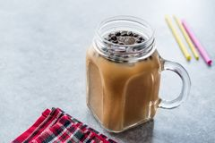 Domowej roboty Dojna bąbel herbata z tapiok perłami w kamieniarza słoju obraz royalty free