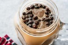 Domowej roboty Dojna bąbel herbata z tapiok perłami w kamieniarza słoju fotografia stock