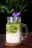 Domowej roboty Dojny zielonej herbaty frappe w szkle na drewnianym stole, closeu zdjęcia royalty free