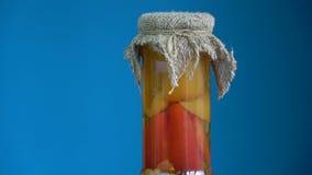 Domowej roboty doniczkowi konserwować papryka pieprze w szklany słoju wirować zbiory wideo