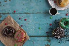 domowej roboty donuts na papierowej i czarnej kawie w białej filiżance Obrazy Royalty Free