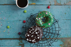 domowej roboty donuts na papierowej i czarnej kawie w białej filiżance Zdjęcia Stock