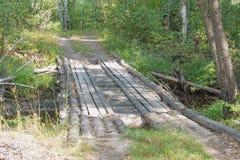 Domowej roboty drewniany most przez wąskiego lasowego strumienia Obrazy Stock