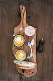 Domowej roboty dyniowa kremowa polewka w emalia kubkach z ziele i świeżego chleba plasterki na oliwnej porci wsiadamy nad nieocio Obraz Royalty Free