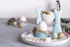 Domowej roboty Easter ciastka w formie śmiesznego królika, przepiórek jajek i kurczaka jajka, Wielkanocny świętowanie stołu położ Zdjęcie Royalty Free