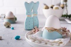 Domowej roboty Easter ciastka w formie śmiesznego królika, przepiórek jajek i kurczaka jajka, Wielkanocny świętowanie stołu położ Fotografia Royalty Free