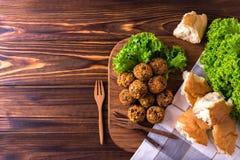 Domowej roboty falafel z sałatką Żydowska kuchnia Odgórny widok Fotografia Stock