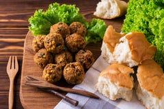 Domowej roboty falafel z sałatką Żydowska kuchnia Odgórny widok Zdjęcie Royalty Free