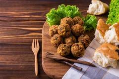 Domowej roboty falafel z sałatką Żydowska kuchnia Odgórny widok Zdjęcie Stock