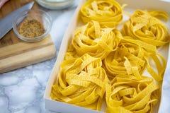 Domowej roboty Fettuccine makaron Przygotowywający Gotującym obrazy royalty free