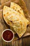 Domowej roboty flatbread z salsa przeglądać od abov Fotografia Stock