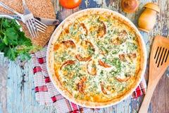 Domowej roboty francuski quiche kulebiak z pomidorem, serem i ziele, Fotografia Stock