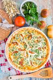 Domowej roboty francuski quiche kulebiak z pomidorem, serem i ziele, obrazy stock