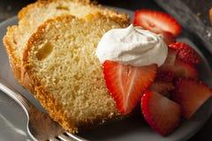 Domowej roboty funta tort z truskawkami Fotografia Stock