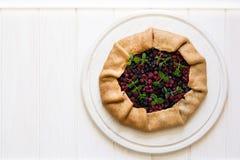 Domowej roboty galette kulebiak z rodzynkami, czarnymi jagodami i malinkami czerwonymi i czarnymi, zdjęcie royalty free