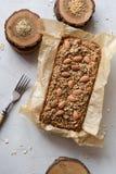 Domowej roboty glutenu bezpłatnego cukieru bezpłatny jarski ciasto Oatmeal chleb z ziarnami i dokrętkami świeżo piec w papierze s obrazy royalty free