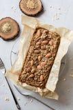 Domowej roboty glutenu bezpłatnego cukieru bezpłatny jarski ciasto Oatmeal chleb z ziarnami i dokrętkami świeżo piec w papierze s obrazy stock