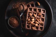 Domowej roboty gofry robić kakao z migdałami fotografia royalty free