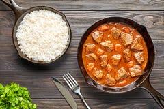 Domowej roboty goulash wołowiny tradycyjnego Europejskiego mięsnego gulaszu sosu zupny korzenny jedzenie w obsady żelaza niecce z fotografia stock